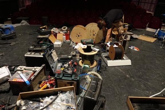 Pendant 3 jours, le plateau de la Maison de la Poésie est occupé par tout un tas de matériel.